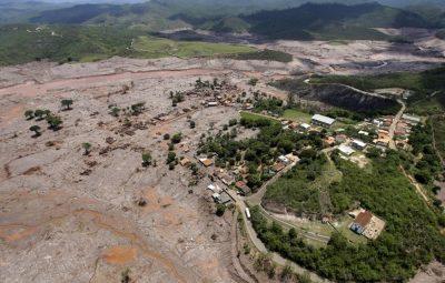 Vista aérea do distrito de Bento Rodrigues em Mariana após o rompimento da barragem de Fundão da mineradora Samarco foto Ricardo Moraes Reuters 400x255 - Trabalhadores aprovam prorrogação de layoff da Samarco em MG e ES