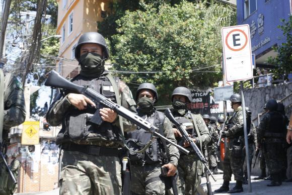 Forças Armadas voltam à Rocinha no segundo dia de operações
