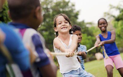 brincadeira 400x250 - Férias escolares: é preciso atenção com as crianças nas ruas