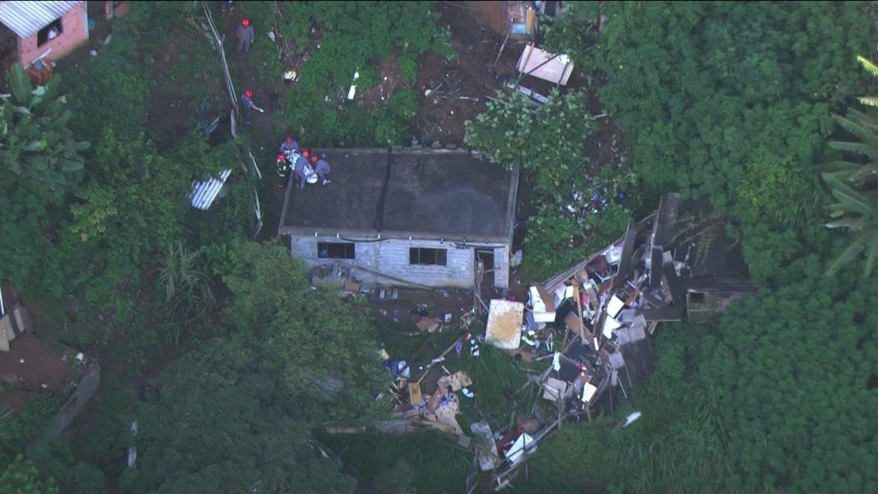 Deslizamento em Mauá derruba casas; uma criança morreu