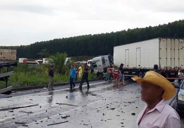 Colisão envolvendo três caminhões deixa três feridos e interrompe trânsito na BR-101, no sul da Bahia