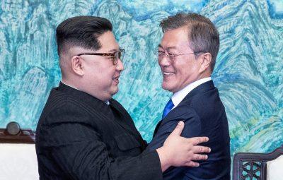 abraco coreias 2 400x255 - Líderes das Coreias prometem assinar acordo de paz para acabar com guerra ainda neste ano