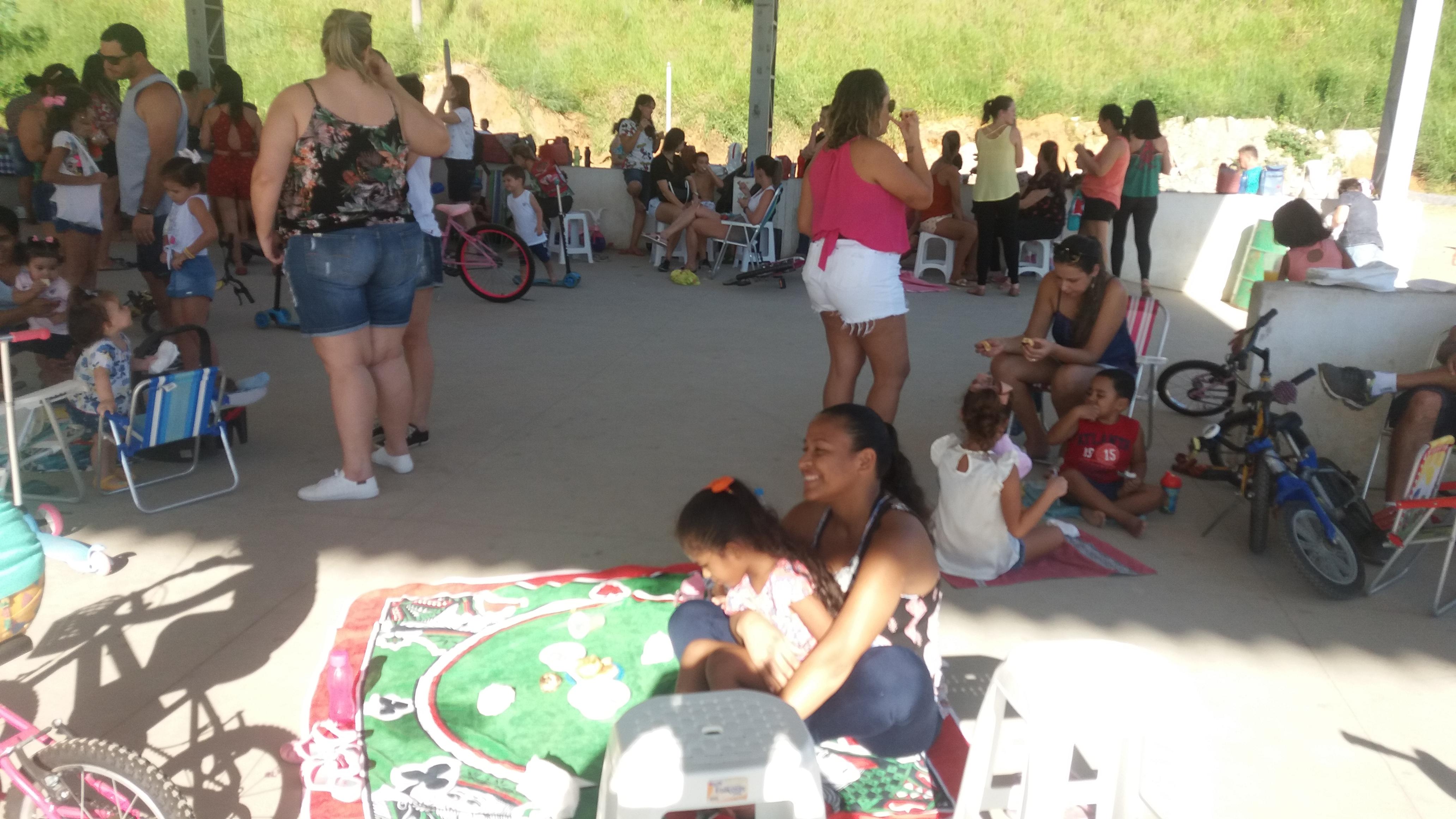 Pais de alunos aproveitam o feriado para fazerem piquenique em Iconha.