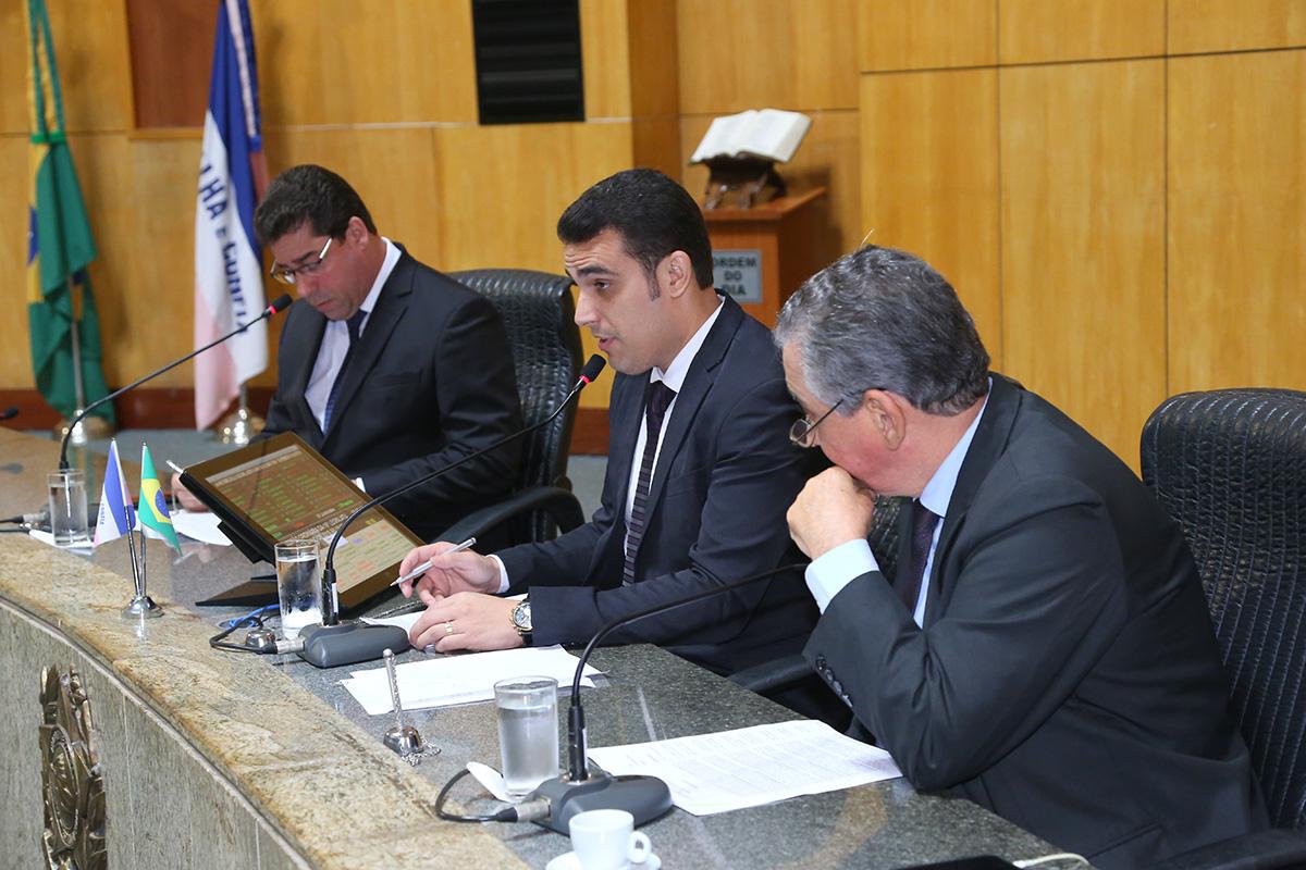 Plenário derruba veto a aumento de salário do governador