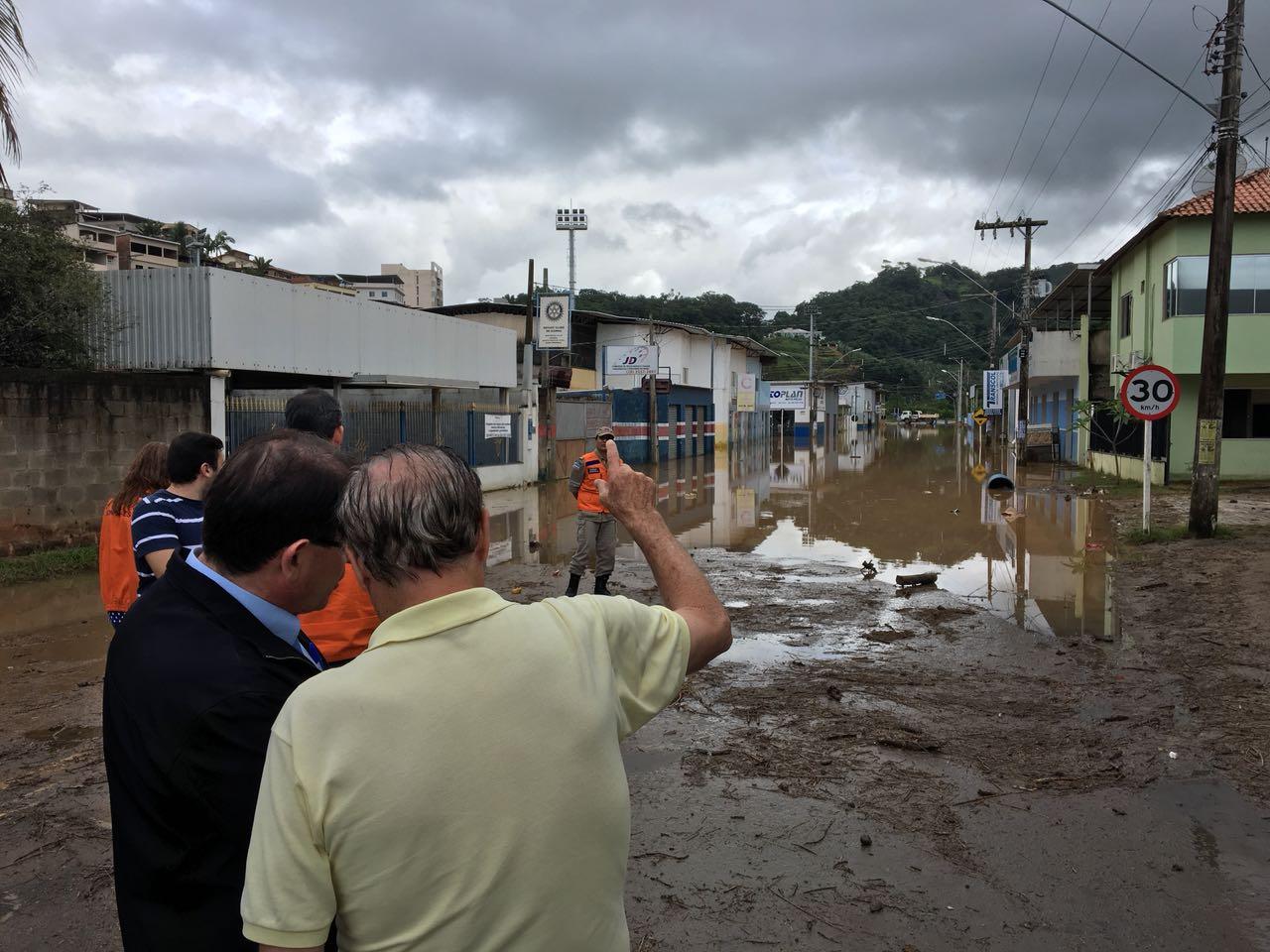 Prefeito recebe representantes do governo e solicita obra de drenagem