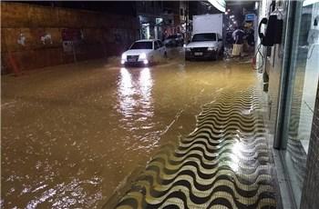Enchente alaga ruas de Iconha e provoca estragos no interior de Iconha