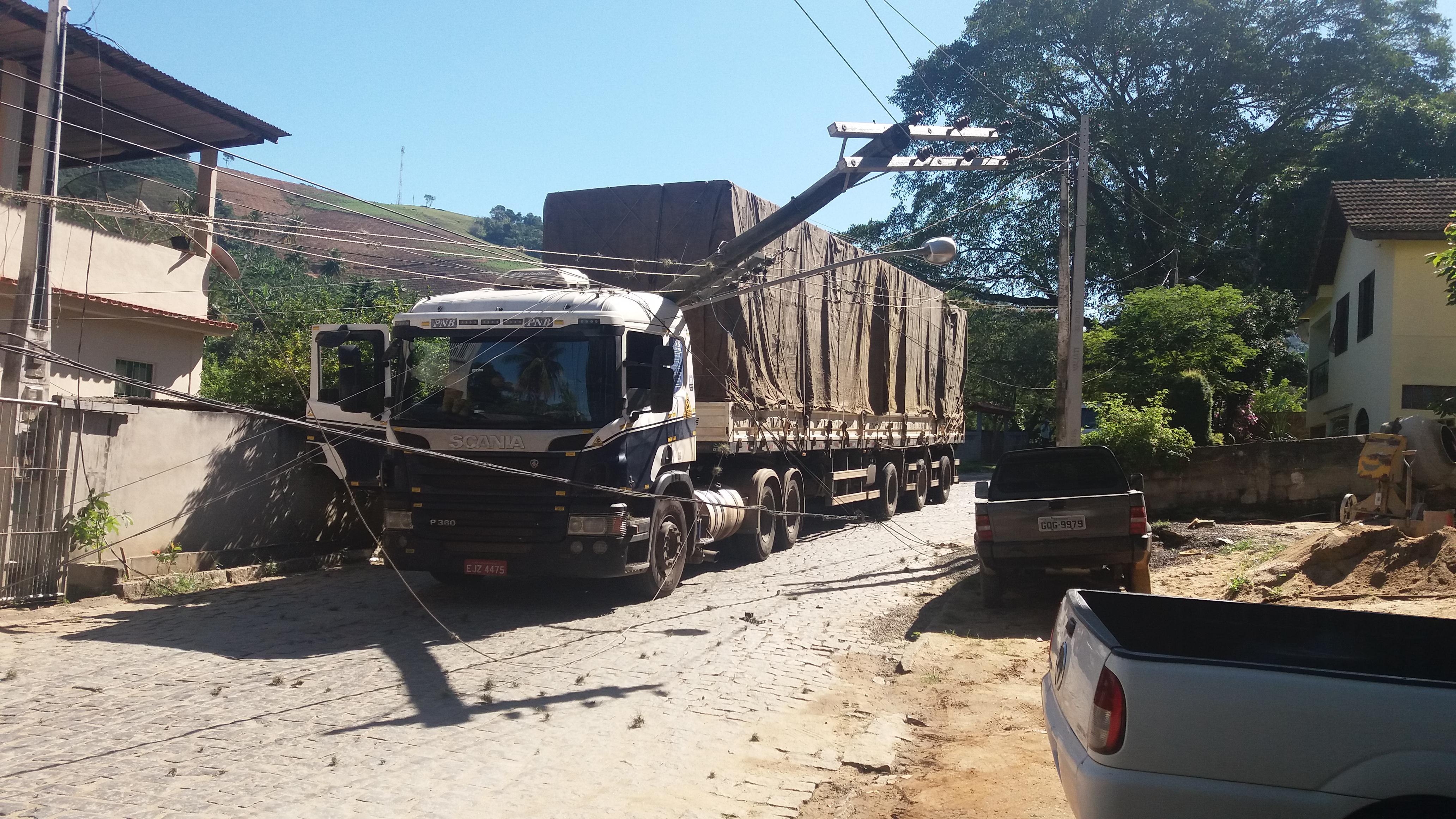 Caminhão derruba postes e interdita rodovia que liga Iconha a Vargem Alta