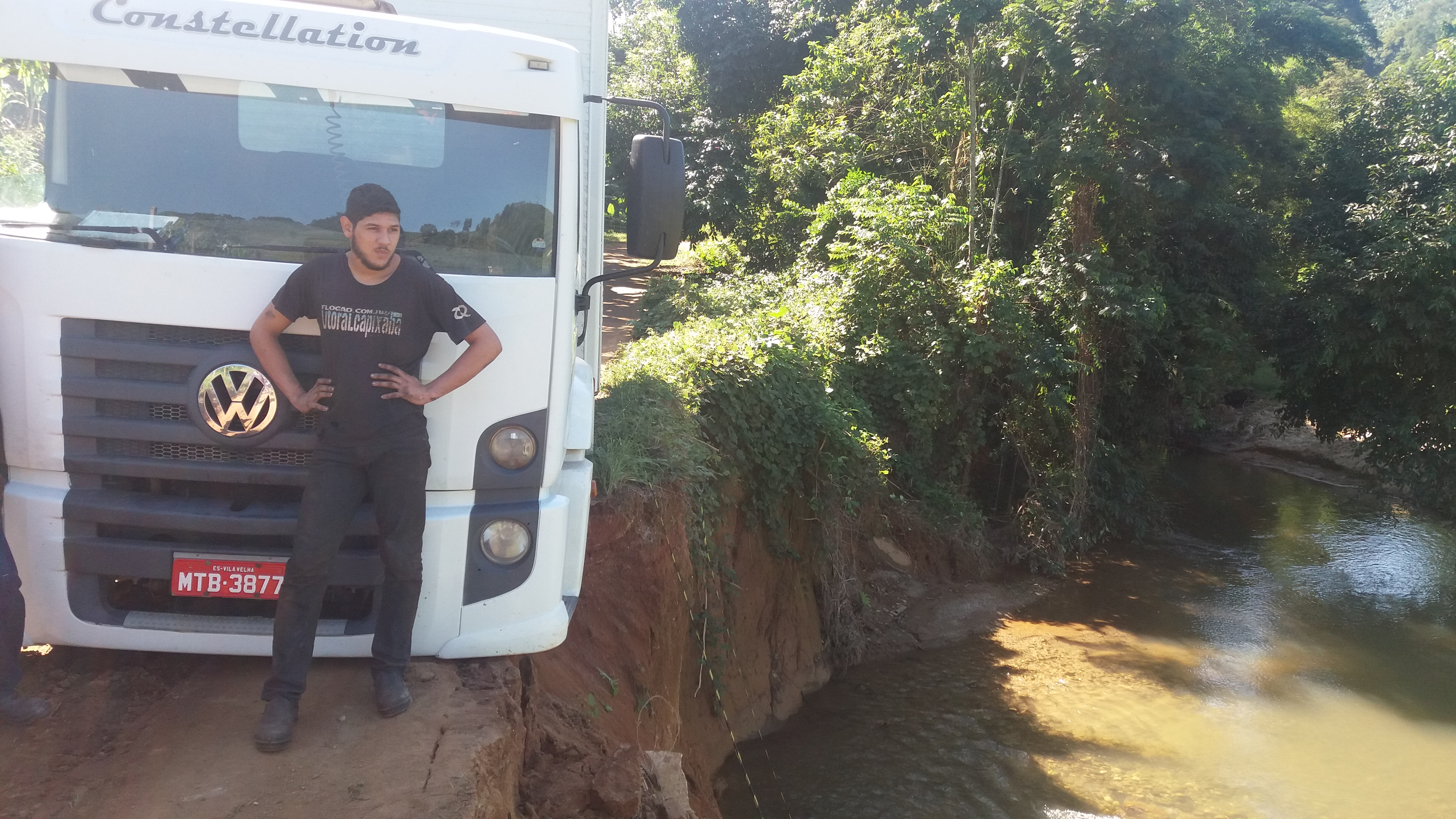 Motorista pega desvio e provoca outro acidente em Iconha
