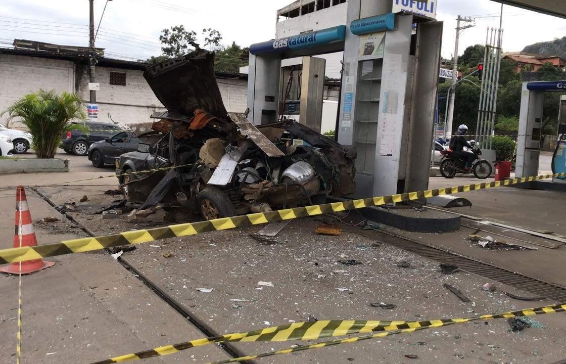 Carro adaptado com botijões de gás de cozinha explode em posto de combustíveis de Vila Velha
