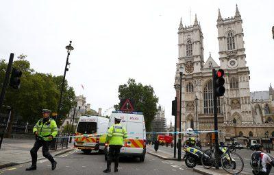 londres 14 08 400x255 - Carro atinge barreira em frente ao Parlamento britânico e deixa feridos
