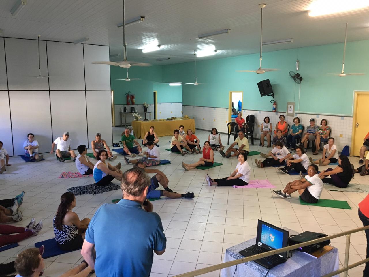 Dia do Idoso é comemorado com ginástica e confraternização no Cras