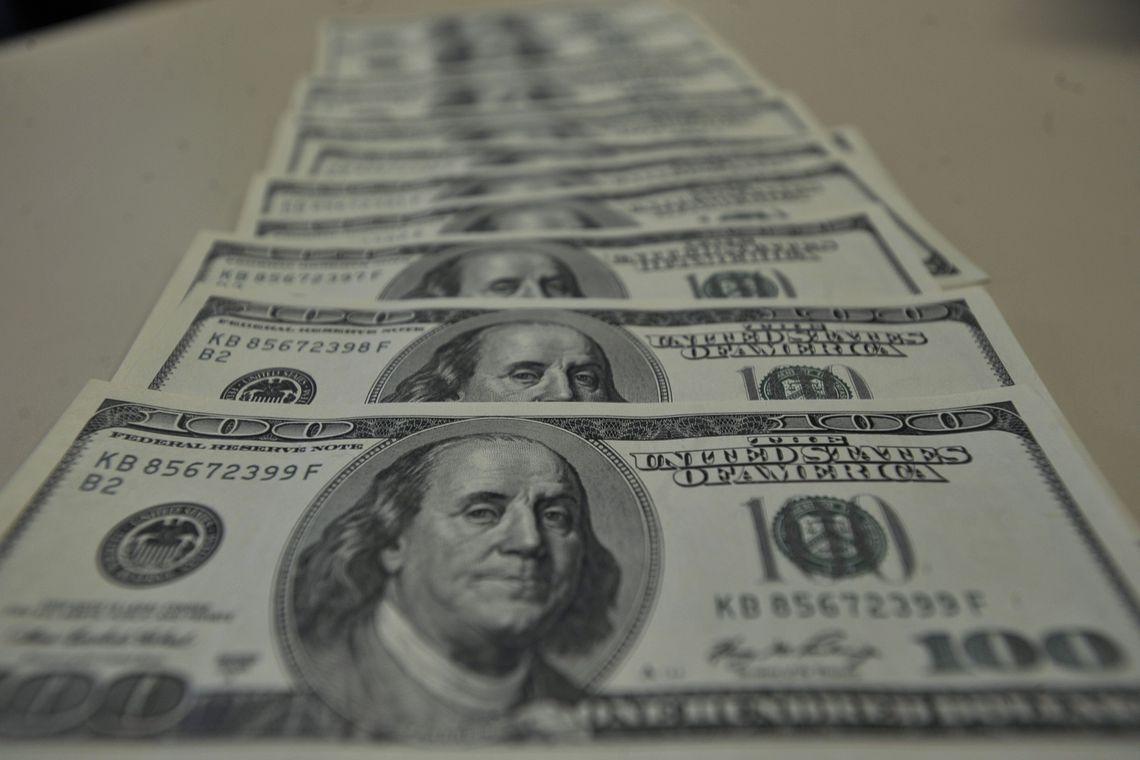 Dólar fecha no maior valor desde setembro, após bater R$ 4,11