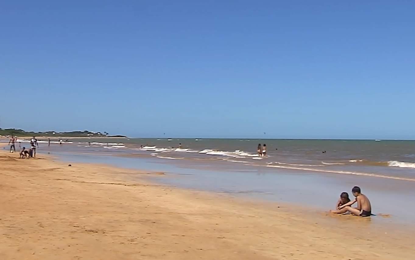 Cerca de 40 crianças se perdem todos os dias em praia do ES. Veja como evitar