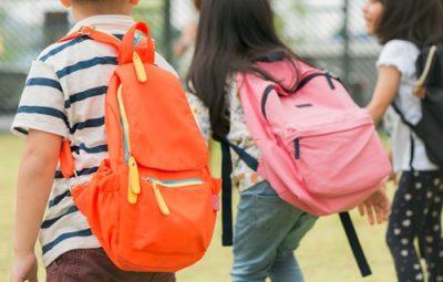Crianças carregando peso nas mochilas 400x255 - Para pediatra, estudo de Harvard alerta para riscos de volta às aulas