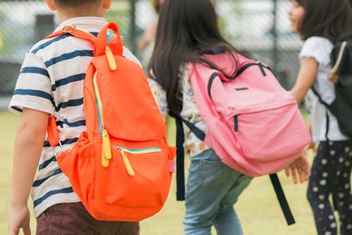 Pegar peso na infância provoca problemas de coluna