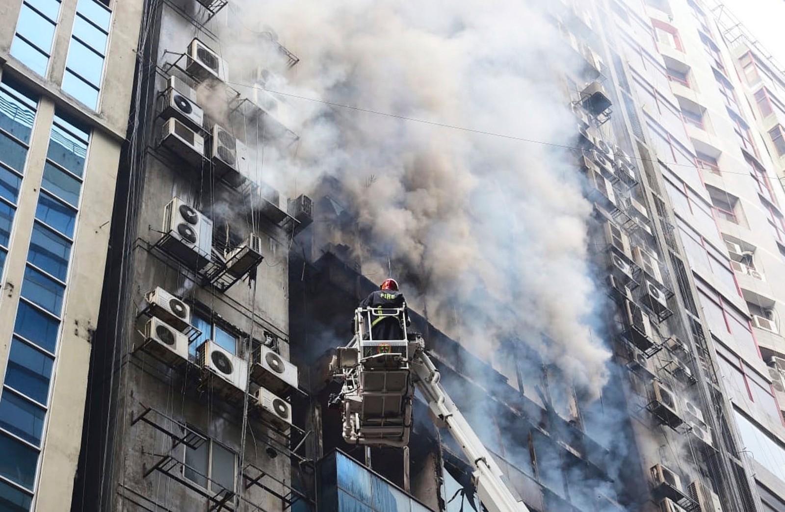 Incêndio atinge prédio comercial e deixa mortos na capital de Bangladesh