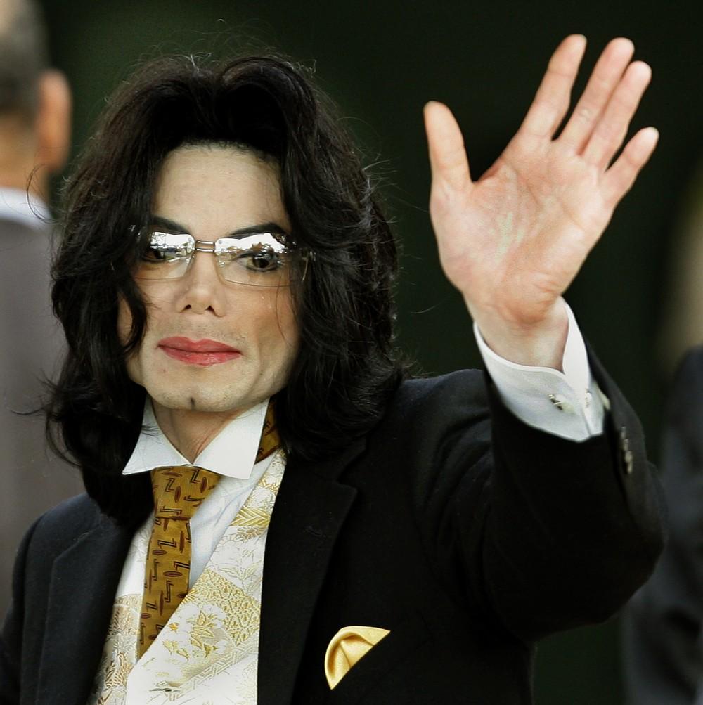 Corpo de Michael Jackson pode ser exumado após novas acusações de abuso sexual, diz site