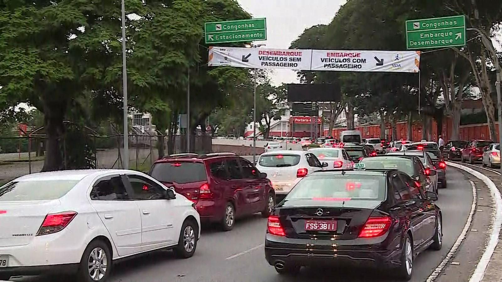 Novas regras para acessos de táxis, carros de aplicativos e particulares em Congonhas começam a valer nesta sexta