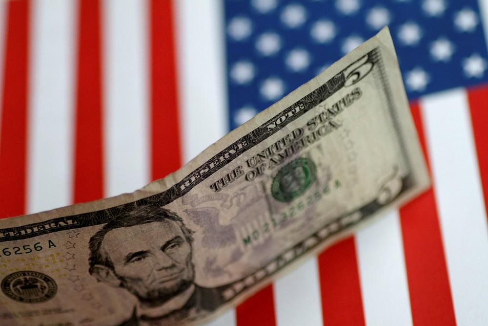 Dólar volta a bater R$ 4, mas muda de rumo e passa a cair