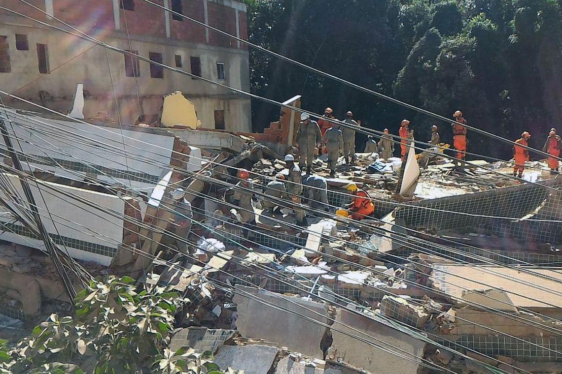 Prédios que desabaram no Rio eram irregulares e estavam interditados