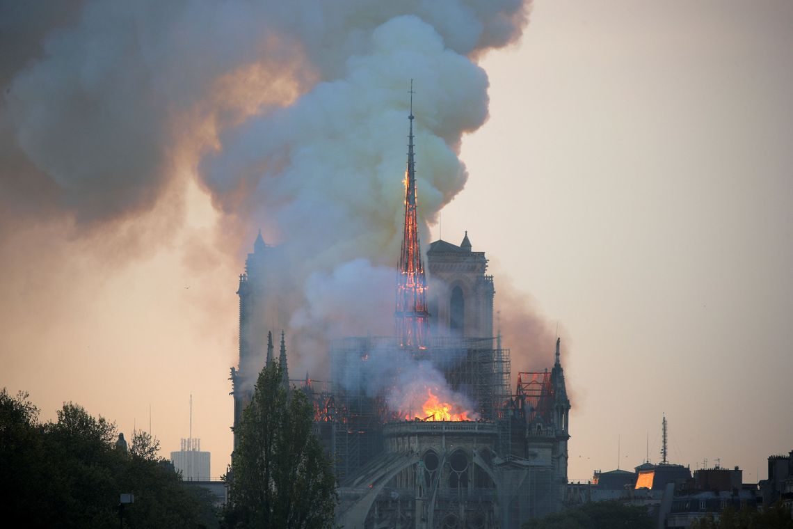 """""""Estou triste"""", diz Macron sobre incêndio na Notre-Dame"""