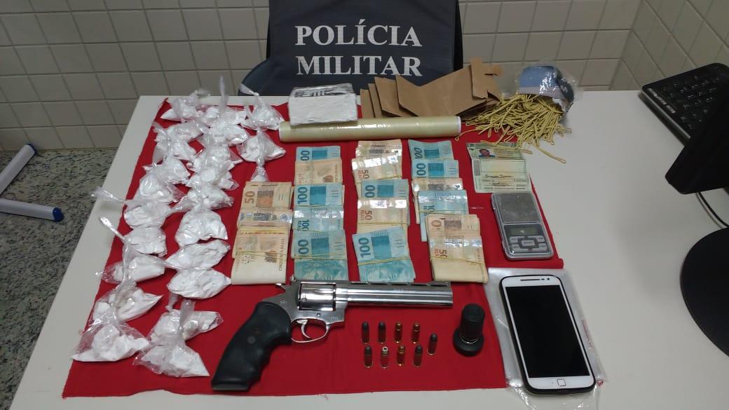 PM APREENDE ARMA DE FOGO, MUNIÇÕES E DROGAS EM PIÚMA