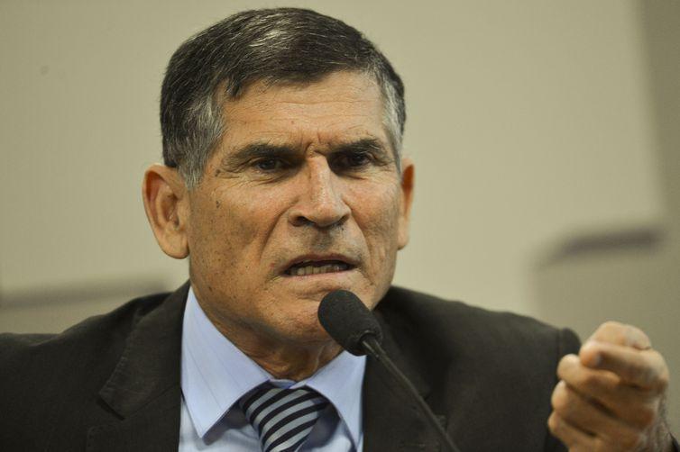 Exoneração do ministro Santos Cruz é publicada no Diário Oficial