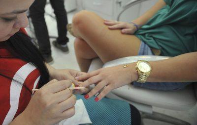 manicure servicos 400x255 - Serviços têm queda recorde de 11,7% de março para abril