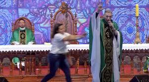 'Maria passou na frente e pisou na cabeça da serpente', diz Padre Marcelo Rossi após ser empurrado por mulher