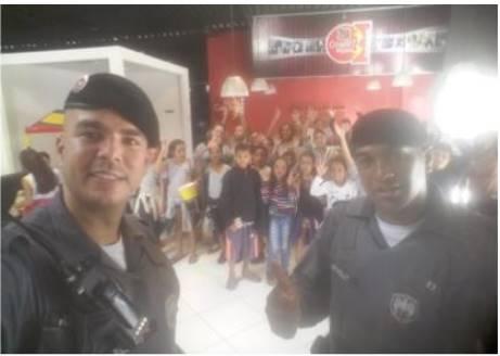 POLICIAIS MILITARES REALIZAM SESSÃO DE CINEMA COM ALUNOS DA PATRULHA ESCOLAR EM PIÚMA