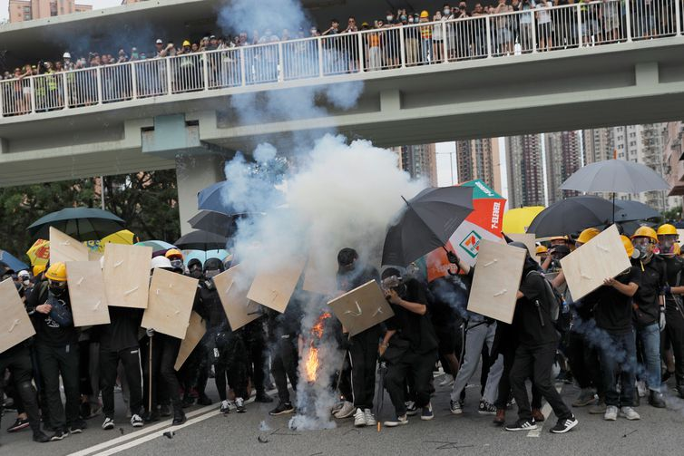 Em clima tenso, aeroporto de Hong Kong é reaberto após protestos