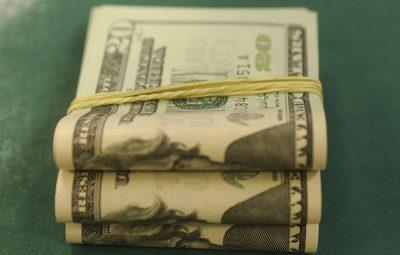 Dolar 400x255 - Dólar fecha em R$ 3,987, e bolsa volta a bater recorde