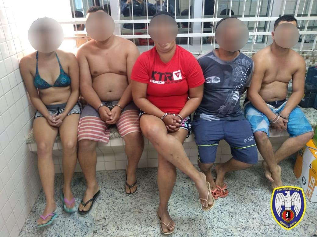 ABORDAGEM POLICIAL RESULTA EM PRISÃO DE FORAGIDOS DA JUSTIÇA MINEIRA EM PIÚMA