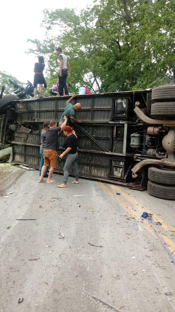 Tragédia em Vargem Alta: Ônibus tomba, deixa mortos e feridos