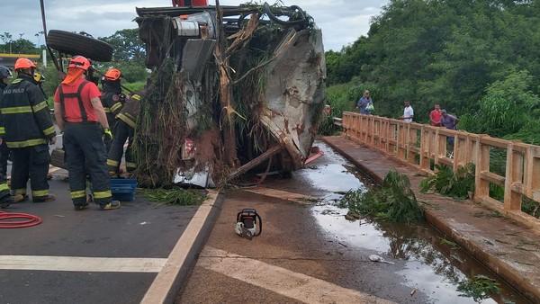 Acidente entre ônibus e moto deixa cinco pessoas mortas e 33 feridas em rodovia