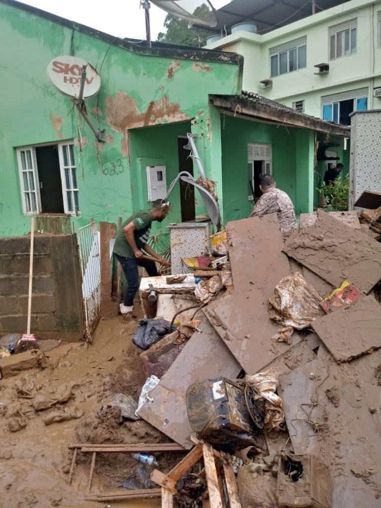 """0cc9f2bf a6b6 44fc 9044 14bf512054e2 768x1024 - Tsunami de agua doce """"varre"""" cidade de Iconha."""
