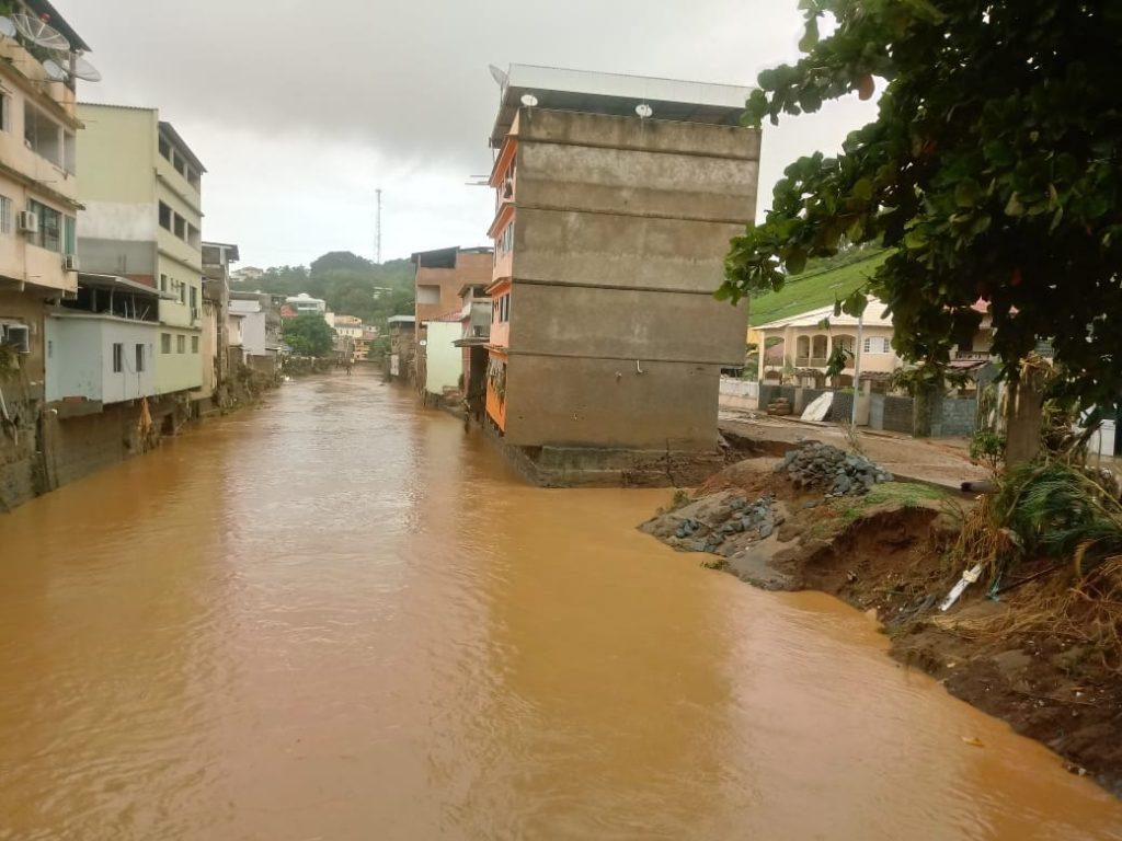 """80c64d16 0f2b 48fe afeb be958e25047e 1024x768 - Tsunami de agua doce """"varre"""" cidade de Iconha."""