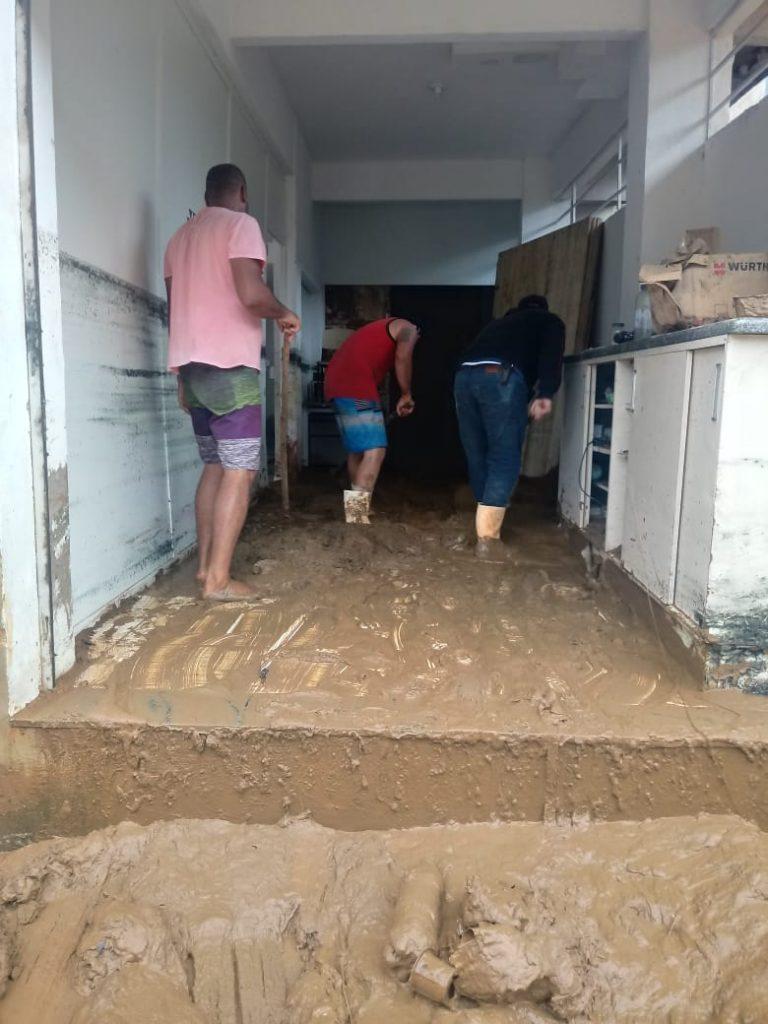 """c9189987 c9a4 424d 87e2 b23be85feea5 768x1024 - Tsunami de agua doce """"varre"""" cidade de Iconha."""