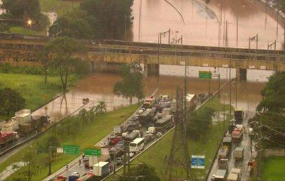 sp6 400x255 - Chuva causa dezenas de desabamentos e alagamentos e trava São Paulo