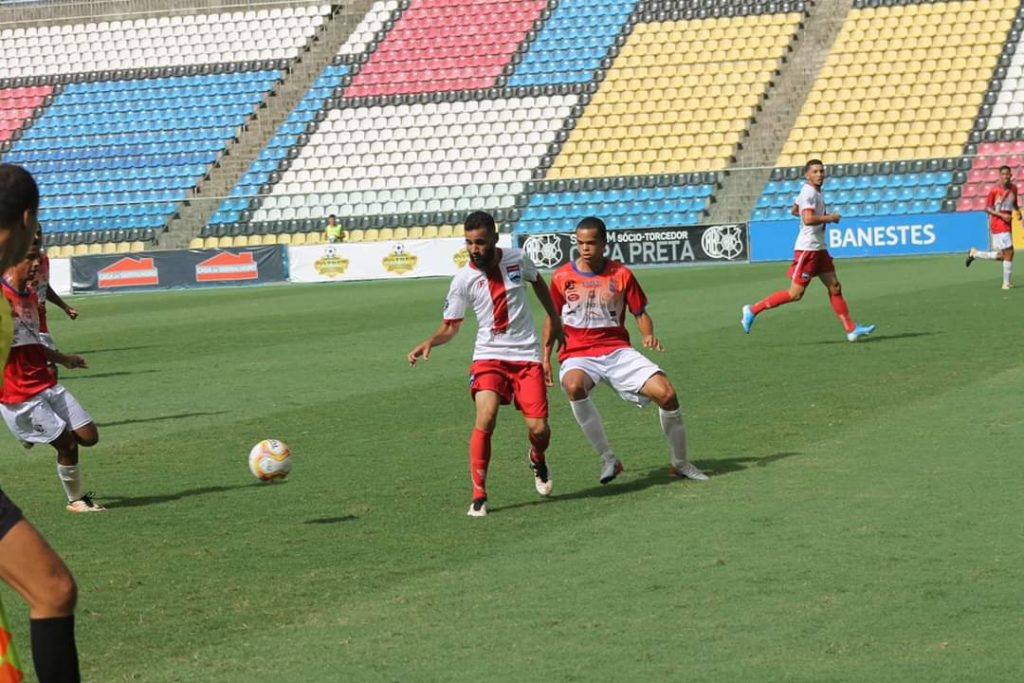 Autor do primeiro gol Gustavo Barba disputa a bola no meio campo