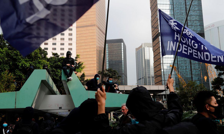 Polícia de Hong Kong prende 300 durante protesto contra legislação