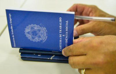carteira de trabalho2 emprego 400x255 - Junho registra mais de 653 mil pedidos de seguro-desemprego