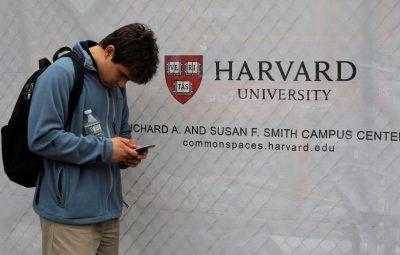 estudantes 1 400x255 - Harvard e MIT processam governo Trump por regra para estrangeiros