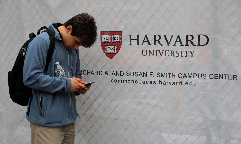 Harvard e MIT processam governo Trump por regra para estrangeiros