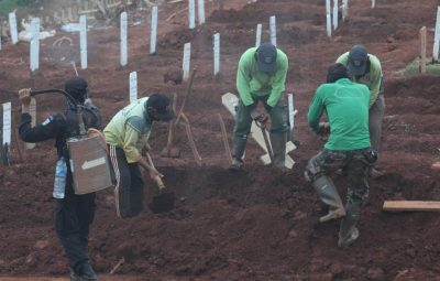 Indonésios pegos sem máscara são forçados a cavar covas para vítimas da Covid 19 400x255 - Indonésios pegos sem máscara são forçados a cavar covas para vítimas da Covid-19