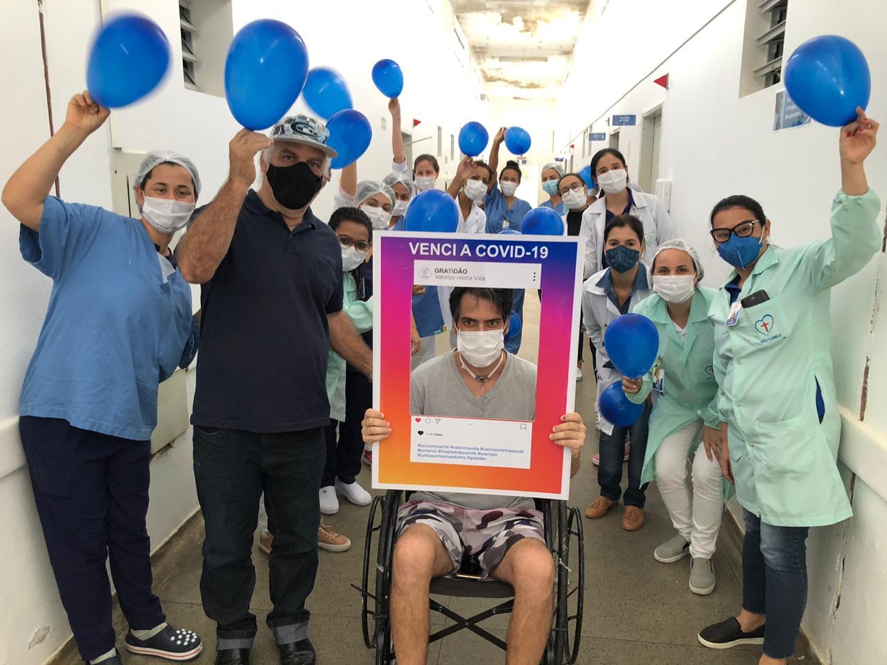 Morador de Iconha que venceu o covid 19 é surpreendido na saída do hospital