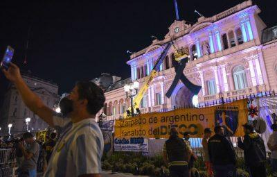 Maradona 400x255 - Argentinos se despedem de Maradona na Casa Rosada