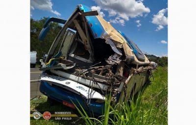 acidente obibus bombeiros 001 400x255 - Seis vítimas do acidente entre ônibus e caminhão permanecem internadas