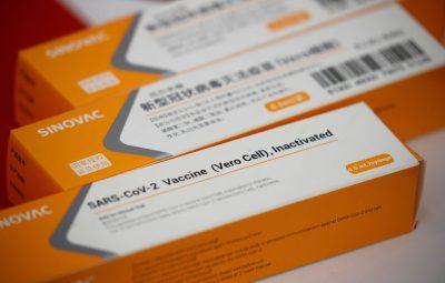 CoronaVac 400x255 - Butantan recebe hoje insumos para 8,6 milhões de doses de vacina