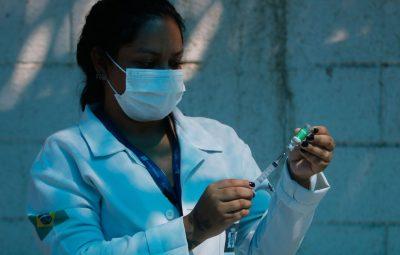 vacina 3 400x255 - Saúde: mortes e casos de covid-19 ficam estáveis, diz boletim